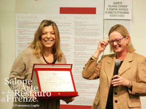 La vincitrice del Primo Premio Friends of Florence -Salone del Restauro 2012, Lidia Cinelli, premiata dalla contessa Brandolini D'Adda